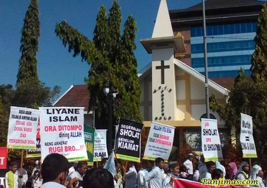 Respon Parade Salib, KMM Solo Buat Spanduk Allah itu Esa Saat Parade Tauhid – Panjimas