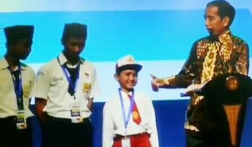 Revolusi Mental.!! Sebut K**tol di Depan Jokowi Bocah SD Dapat Hadiah Sepeda