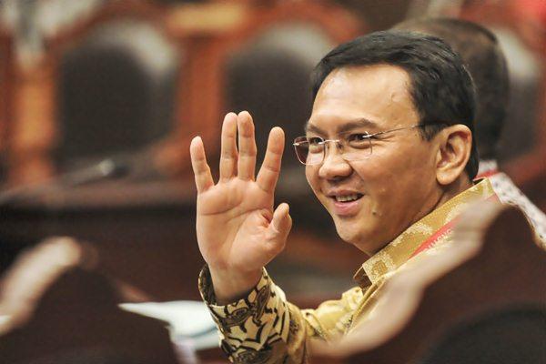 Gubernur DKI Jakarta Basuki Tjahaja Purnama atau Ahok melambaikan tangan kearah wartawan saat akan mengikuti sidang perdana di Gedung Mahkamah Konstitusi (MK), Jakarta, Senin (22/8). Ahok hadir untuk mengikuti sidang perdana perkara pengujian UU Pilkada Pasal 70 (3) Undang-Undang Nomor 10 Tahun 2016, mengenai cuti selama masa kampanye Pilkada yang diajukan sendiri oleh Ahok. ANTARA FOTO/Muhammad Adimaja/pd/16